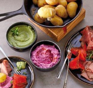 Rezepte, Kartoffel-Fondue mit Hofkäsesaucen. Als Dessert süßer Beeren- Mix mit Hofquark.
