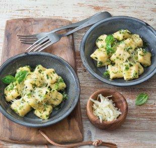 Gnocchi mit grüner Kräuter-Hofbutter dazu Vanillecreme mit Hofmilch und Orangen