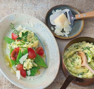 Kräuterpolenta und Zuckerschoten-Gemüse