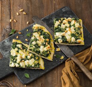 Pinienkern-Spinat-Kuchen mit Hofhartkäse